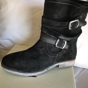 LOLA Black suede boots